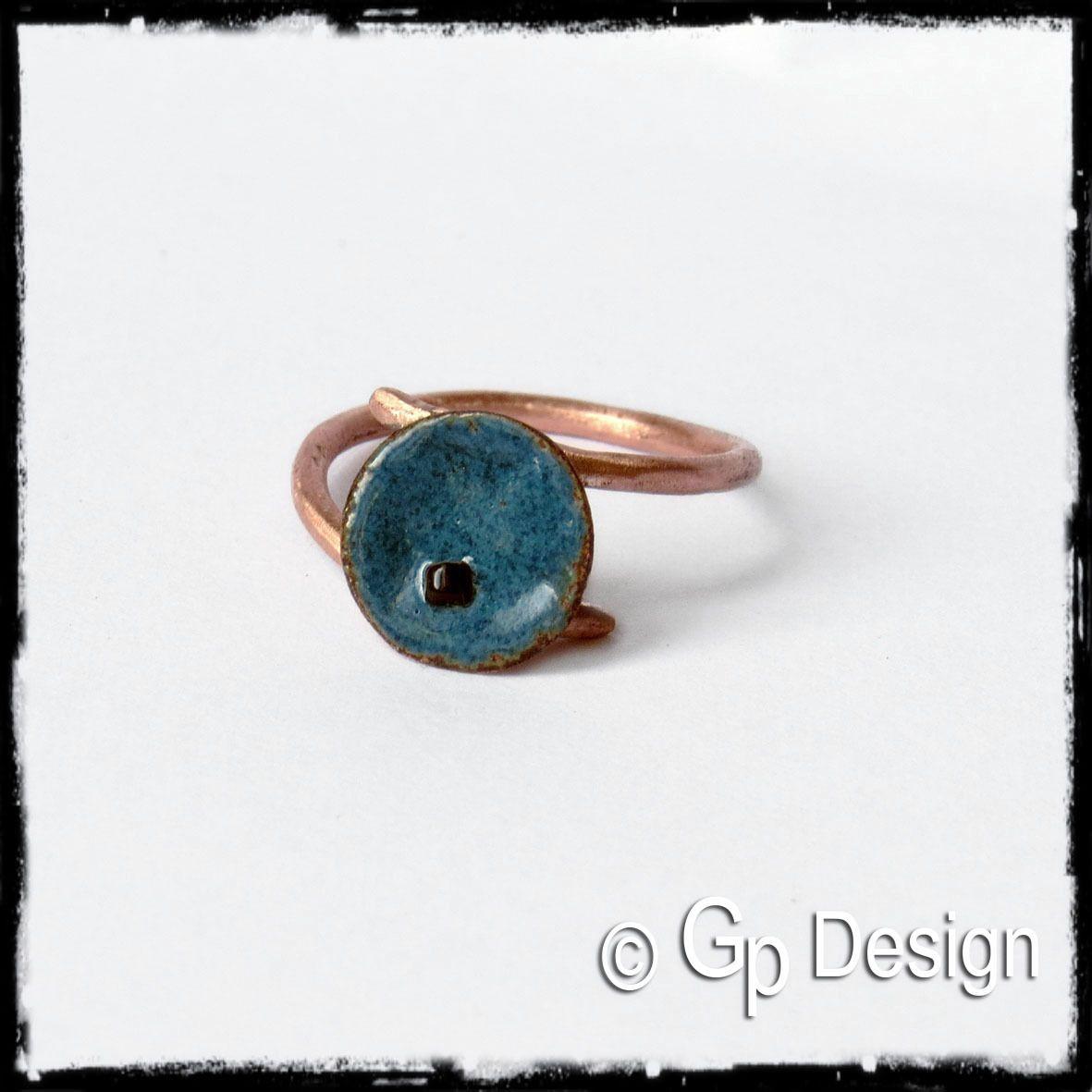 """Bague en cuivre - """"Petite fleur"""" - Cuivre émaillé bleu profond - Perle de verre : Bague par gp-design"""