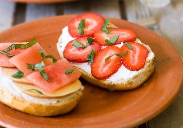 Broodje met geitenkaas en fruit Goat's cheese and fruit sandwich www.bettine.nl