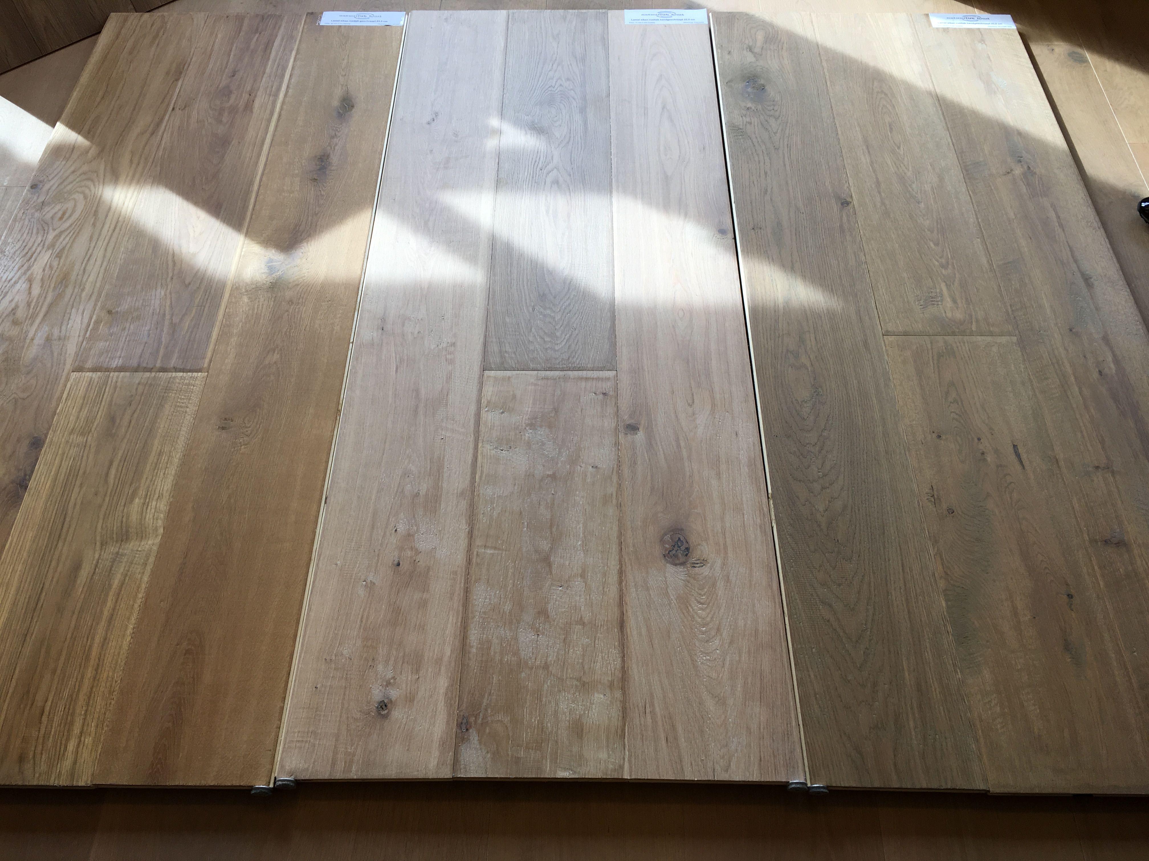 Grenen vloer schuren met de hand reparatie kras op grenen vloer