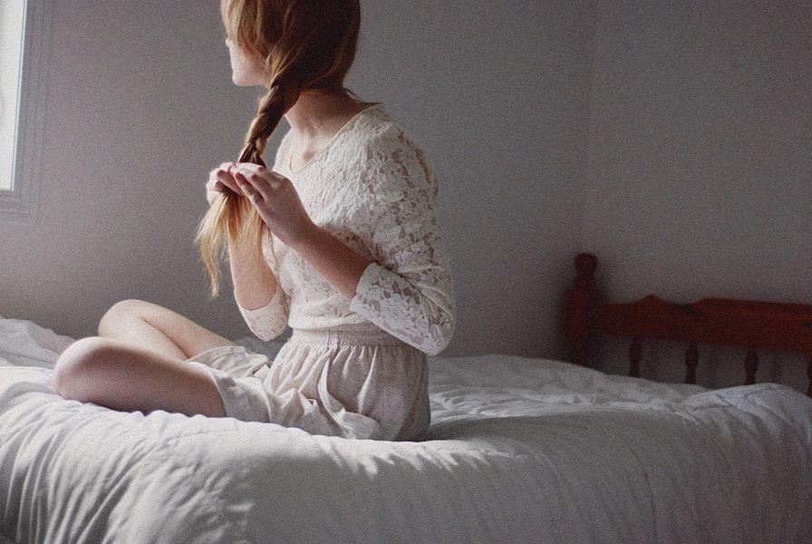 Resultado de imagen para sentada en el borde de la cama