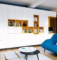 Un Salon Jaune Et Blanc Avec Son Canape Bleu Salon Jaune