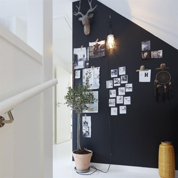 Praktisk vägg Ulrika har målat en svart fondvägg påövervåningen Här hänger vackra urklipp
