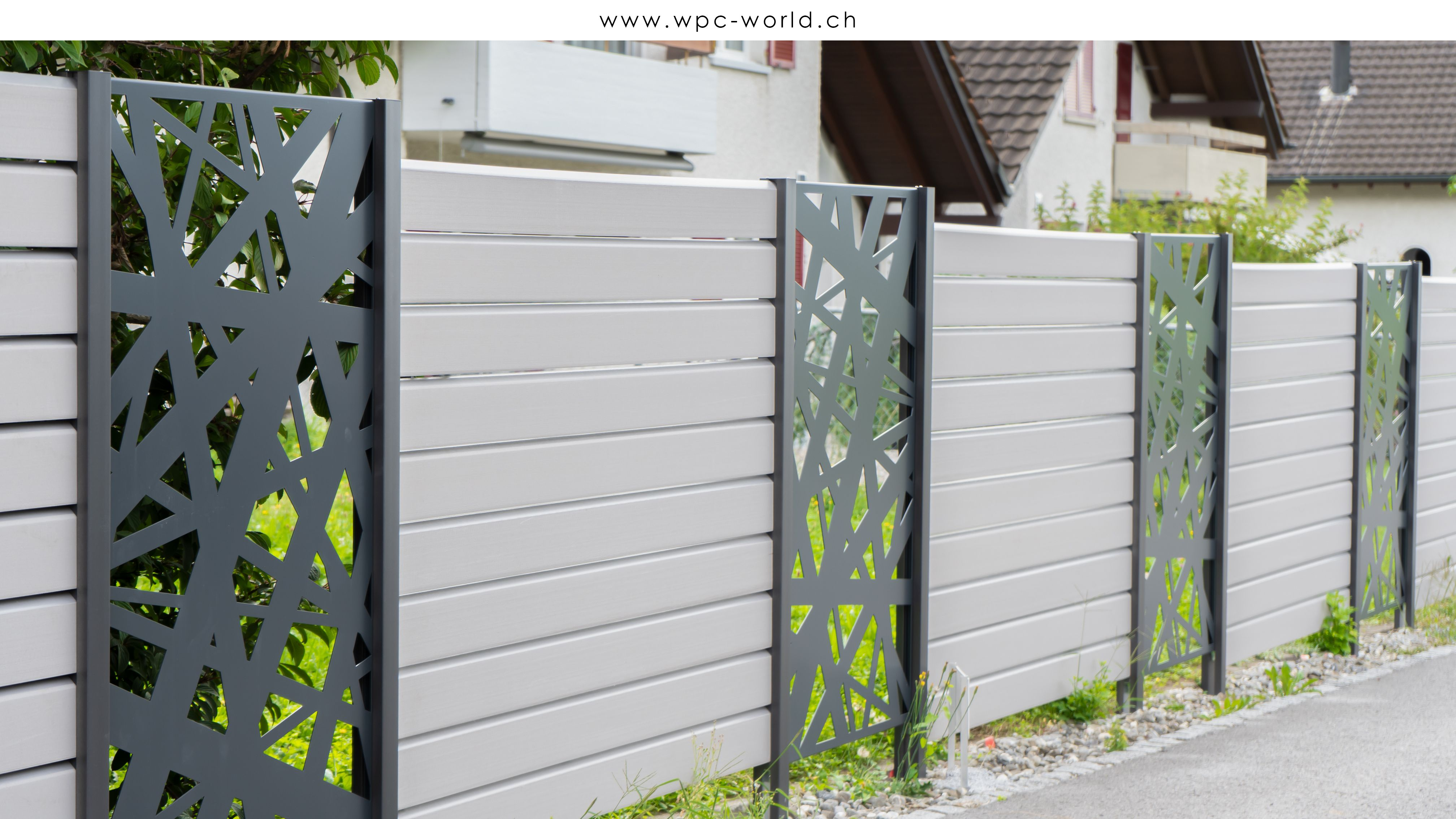 Wpc Zaunanlage Mit Farblich Abgesetzten Elementen Zaun Holz Sichtschutzzaun