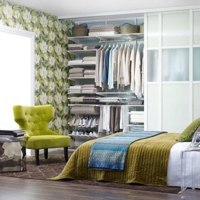 kleines schlafzimmer mustertapeten grün offener kleiderschrank, Schlafzimmer