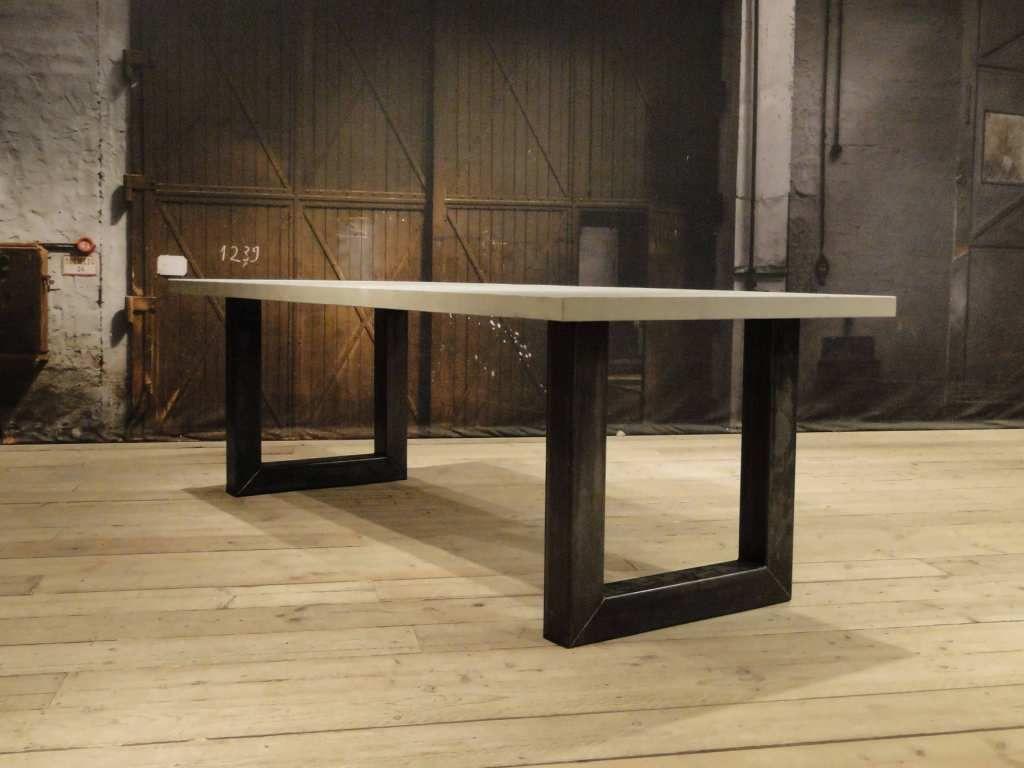 Industriele beton tafel met stalen u poot palau pinterest