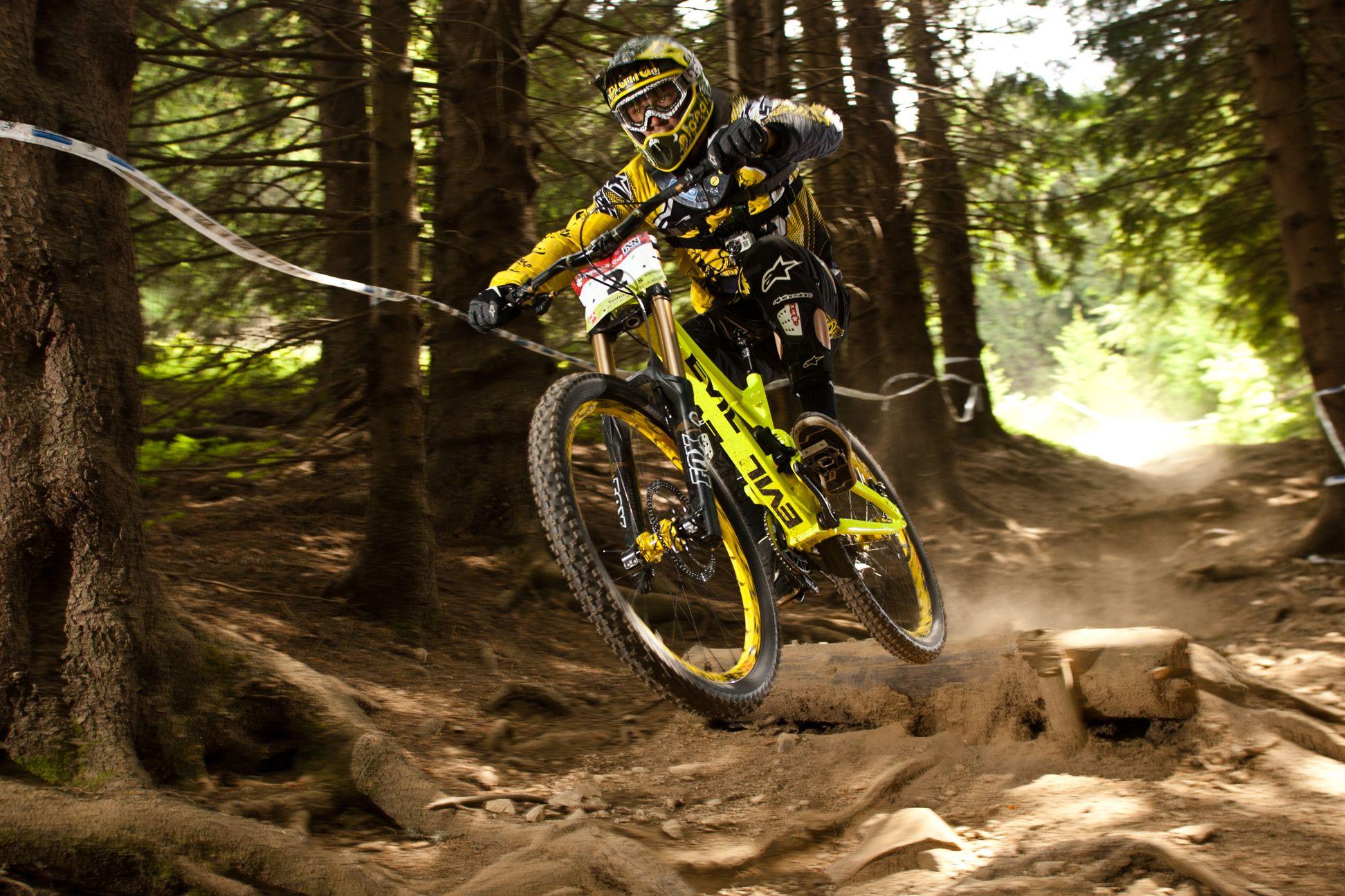 El descenso es una de las modalidades del ciclismo con la que más disfrutas pero requiere de un fuerte entrenamiento y sobre todo del equipamiento adecuado.