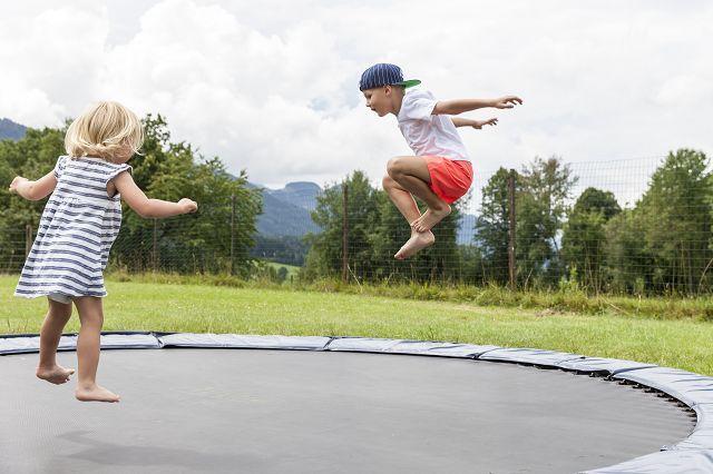 Hotel Kaiser In Tirol Familie Familienhotel Urlaub Mit Kindern Garten Spielplatz Trampolin Garten Spielplatz Kinder Garten Spielplatz