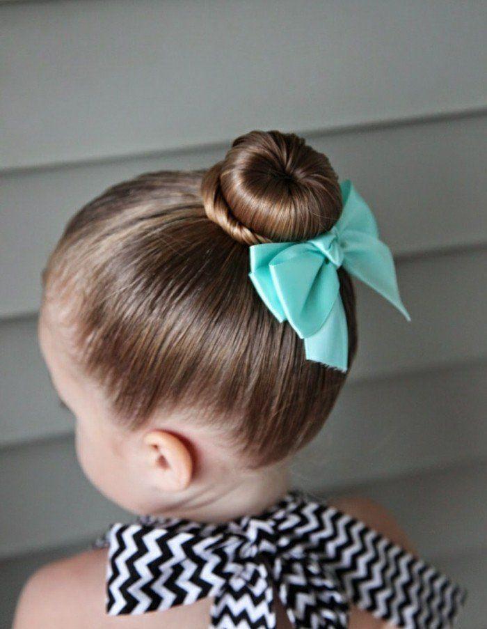 petit chignon, cheveux fins, idée coiffure petite fille classique et très  sympa