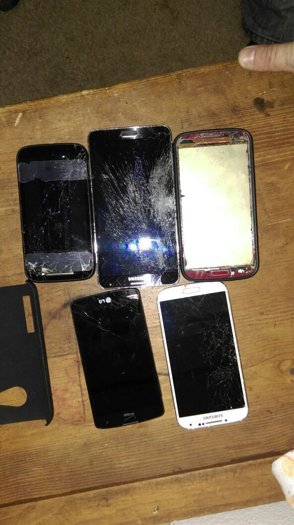 5 VERIZON smart phones with cracked screens. ONE WORKS in