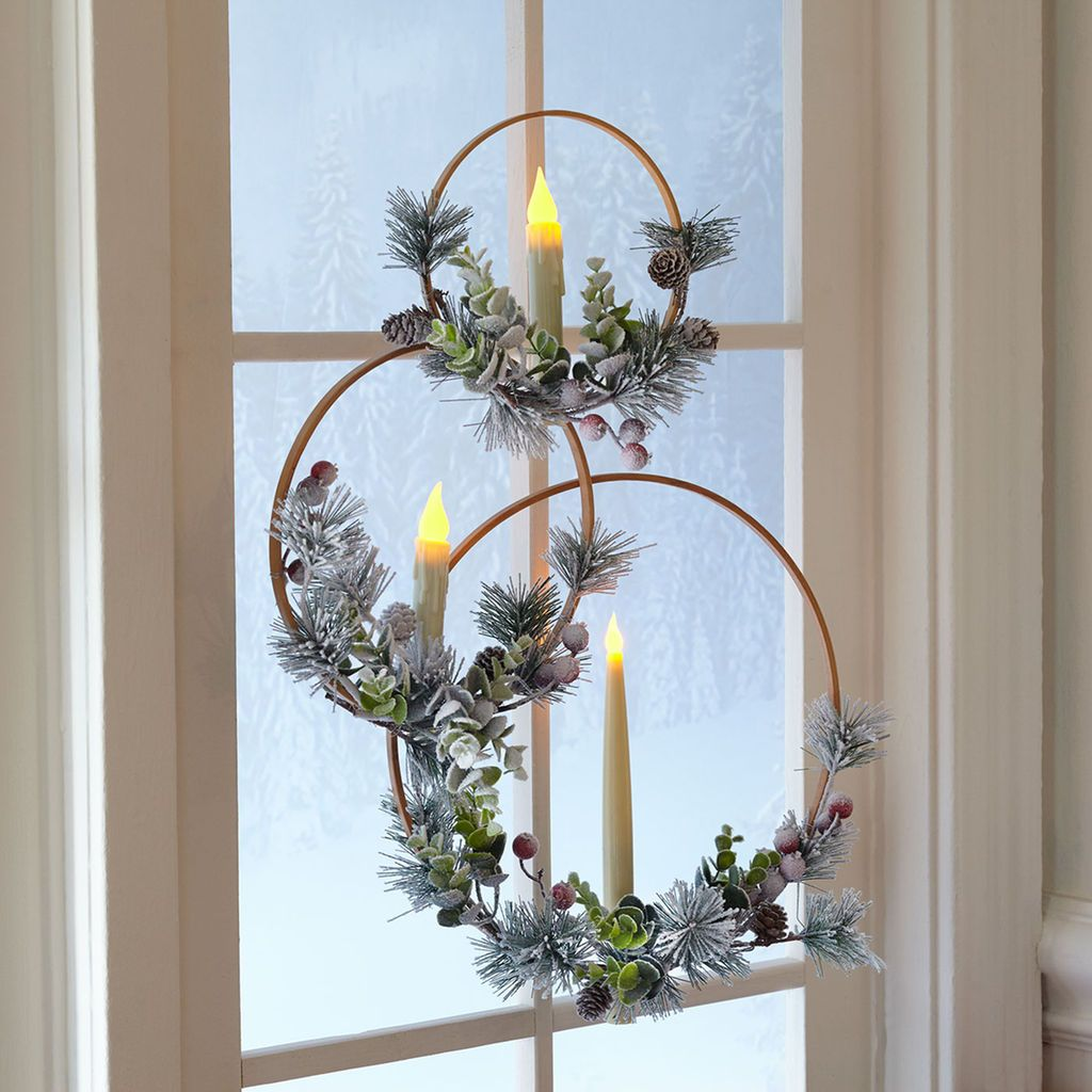 Make These Easy Christmas Wreaths With Candles For Your