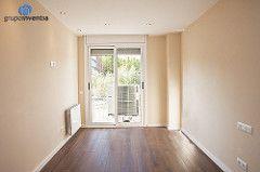 El salón se pintó con tonos neutros y se instaló un pavimento de #parquet laminado. #reforma #interiorismo #Barcelona #livingroom