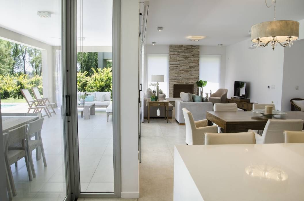 Interior livings de estilo por parrado arquitectura en for Decoracion de living comedor integrados