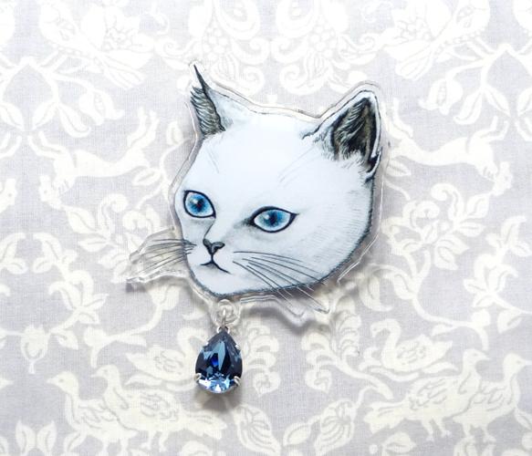 White cat brooch<白ネコのブローチ>青い目をした白猫のブローチ。落ち着いたブルーのスワロフスキーが美しいデザインです。裏面にはモチ...|ハンドメイド、手作り、手仕事品の通販・販売・購入ならCreema。