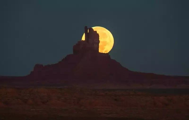 Moonset by Will Saunders in the Monument Valley on the Utah-Arizona border @EarthSky.org
