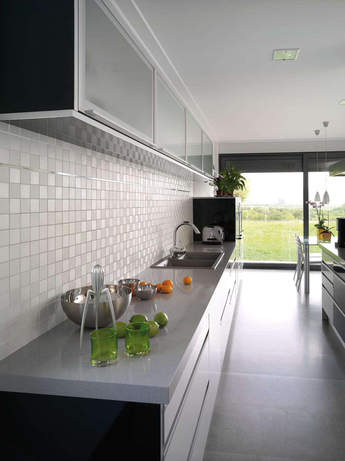 Mooi achterwand mozaiek voor in een strakke moderne keuken te vinden bij TEGELinfo