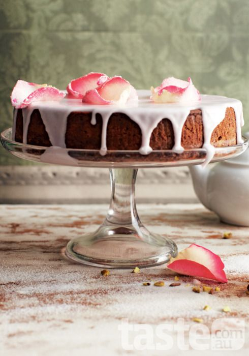 ENGLISH: Lemon-frosted pistachio cake with mint tea. ESPAÑOL: Pastel de pistacho y limón helado con te de menta.