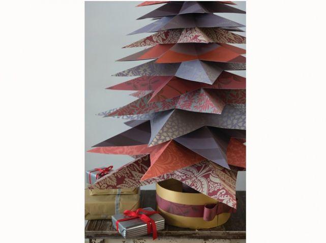 Armez-vous de patience et concoctez un sapin original grâce à des chutes de tapisserie comme c'est le cas ici. Papiers peints Farrow and Ball