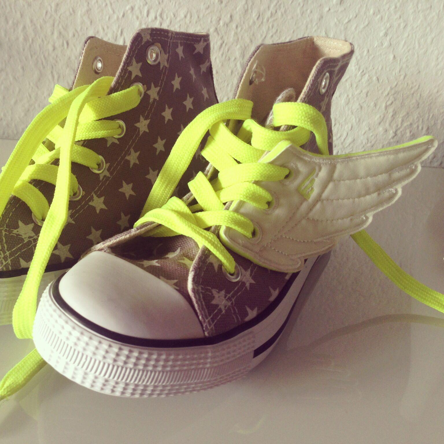 Kinder-Sneaker haben Flügel und passende Schnürsenkel in neon bekommen / sneaker for Kids with wings and neon laces