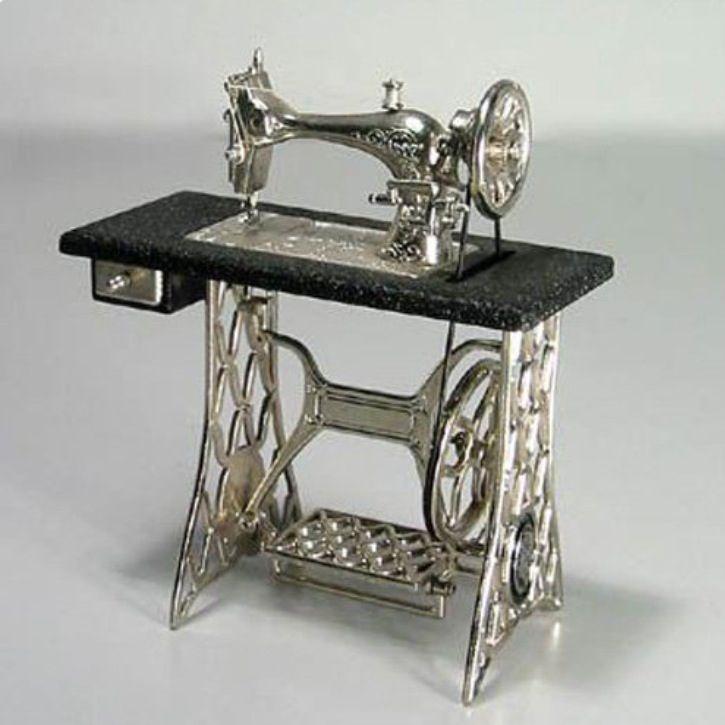Replica de maquina de coser de pedal, en goyart.com