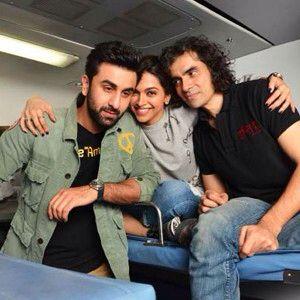 Deepika Padukone And Ranbir Kapoor Get On A Train For Tamasha Promotions Deepika Padukone Ranbir Kapoor Rishi Kapoor