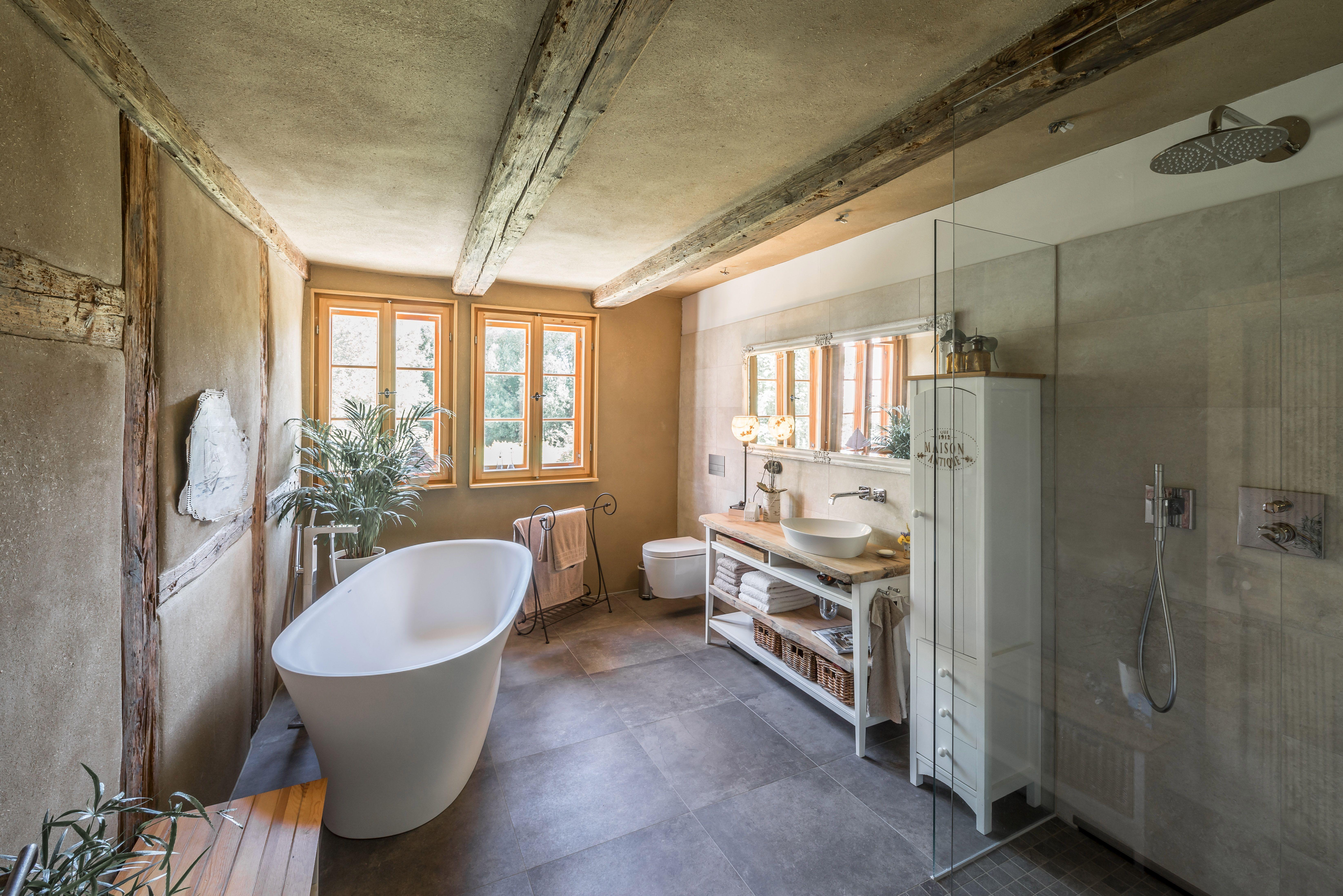 Kein Problem im alten Gebälk: ein modernes Badezimmer mit