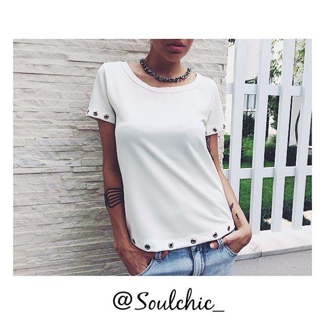 Pra começar a semana cheia de estilo, apresentamos a vocês a nossa Tshirt off white de ilhós que já está sendo super disputada  Quem já tem a sua?!  #tshirts #tshirt #offwhite #ilhós #fashion #fashionista #cool #trend #basic #chic #instafashion #week #lookdodia #lookofheday #soulchic #itgirl #womans #jeans