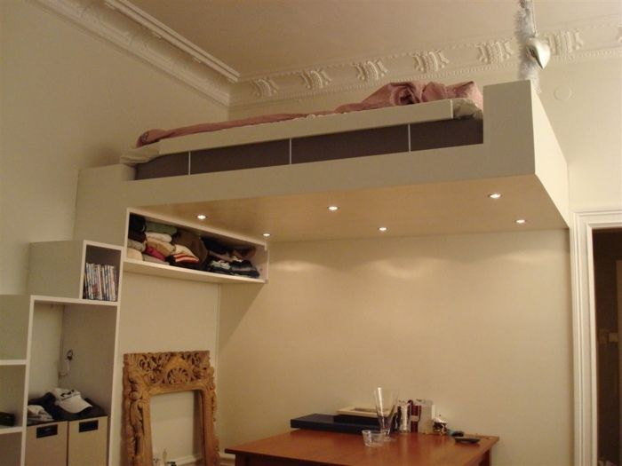 Kinderzimmer mit hoher Decke und Hochbett mit Treppe aus einem ...