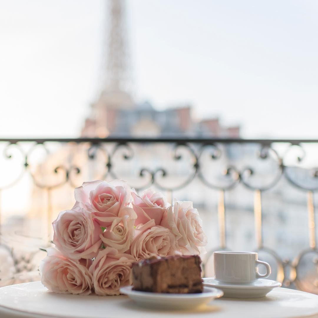 Mmm, cake for breakfast? 'Tis the season!! Wishing you all a fabulous and festive new week filled with compassion and love. More Paris @aparisianmoment and @photosbydcp Gorgeous view @parisperfectrentals