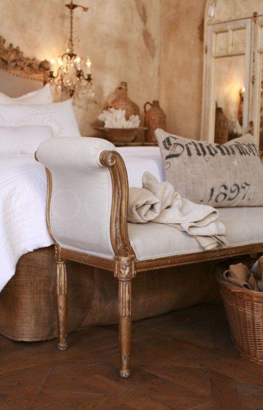 Destaque para o recamier ao pé da cama! Ambiente lindo e super clássico!