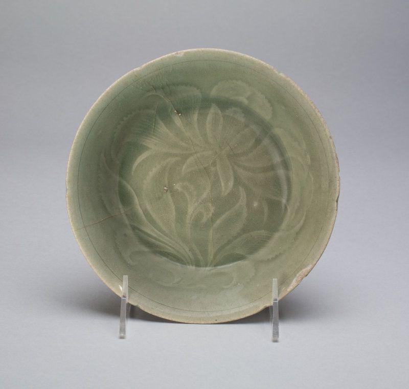 """""""Cuenco con estilizada flores y las hojas del medio de Goryeo dinastía de finales del siglo 12"""" Desde el Instituto de Arte de Chicago."""