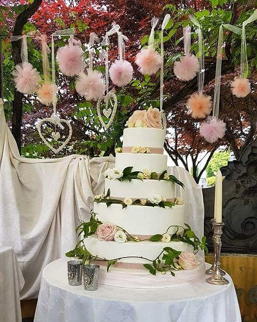 """Romantiche rose, cuori intrecciati e pom pom nei toni del pesca per questo delizioso matrimonio settembrino 💐💐💐 #wedding #cake #weddingcake #roses #flowers #hearts #decorations #boho #shabby #romantic #trees #green #september #matrimonio #torta #festa #location #party #amazing #likefolike #love #peachrose #pantone #pompom #tulle #partyplanner #weddingplanner #event #sweetTable #candles"" by @creaparty_craftandcakes. #familia #amor #love #family #caras #luxurylifestyle #luxury #luxurylife #f"