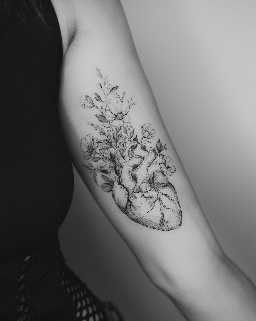 Fiori Tattoo.Tatuaggio Cuore Anatomico Con Fiori Tattoo In 2020 Heart