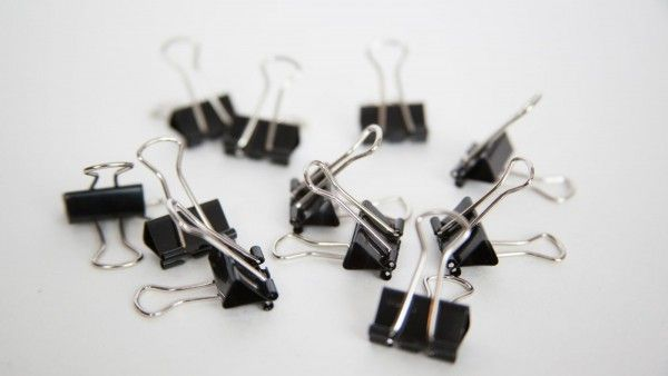 15 Life Hack Things That You Can Do With Binder Clips - http://www.homesteadingfreedom.com/15-life-hack-things-that-you-can-do-with-binder-clips/