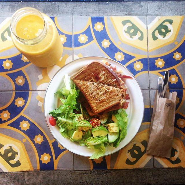 For breakfast, a sandwich of serrano ham and mango juice // Y para desayunar un sándwich d jamón serrano con jugo de mango