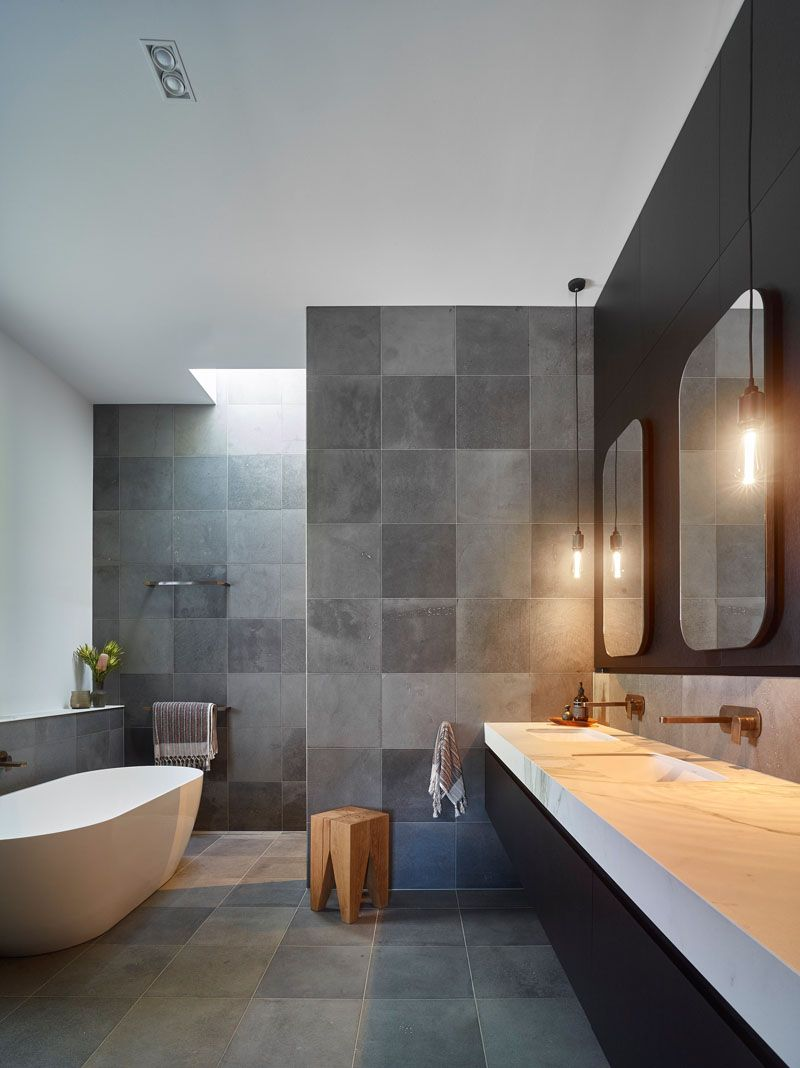 This Modern Bathroom Features A Black White And Grey Color Palette With A Walk In Shower A Freestanding Bathtub And A Large Dual S Badkamer Interieur Relax