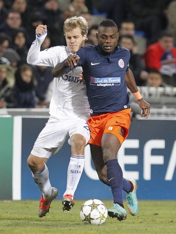 Teemu Pukki (l) vom FC Schalke 04 kämpft mit vollem Körpereinsaatz gegen Montpelliers Henri Bedimo in der Champions League um den Ball. (Foto: Guillaume Horcajuelo/dpa)