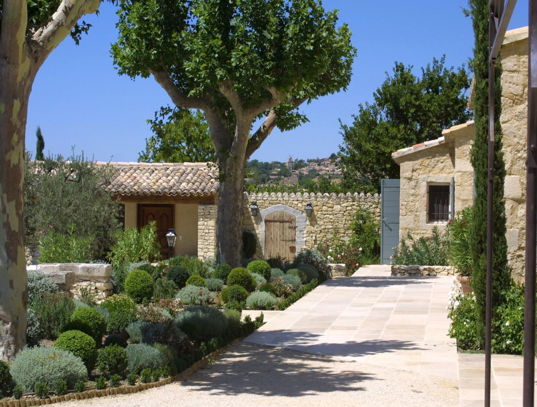 Maisons neuves dans le luberon un mas proven al en for Architectes paysagistes