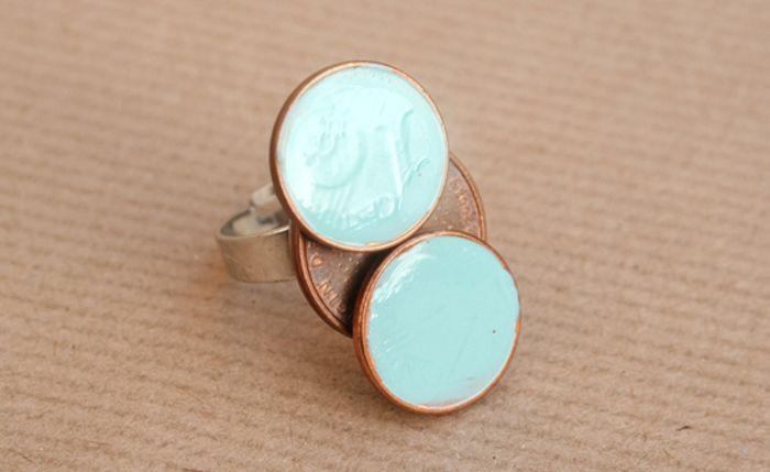 Cómo decorar un anillo con monedas