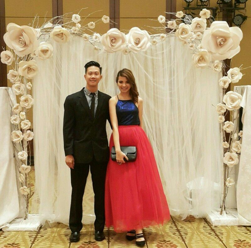 Diy Wall Draping For Weddings That Meet Interesting Decors: Paper Flowers Backdrop Wedding