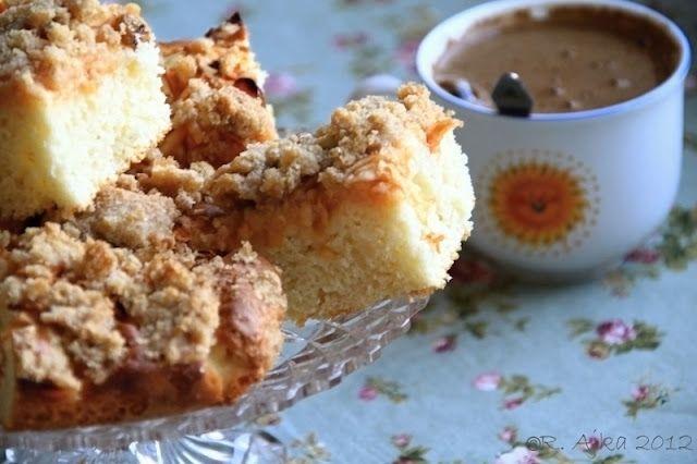 *Rýchly jablkový koláčik*  Pôvodne som chcela upiecť iný jabkový no bol prácnejší (ten nabudúce) a dnes bolo tááák horúco , že som sa zmohla len na takéto niečo. Jednoduchý, ale chutný koláčik na raňajky akoby sme našli:)