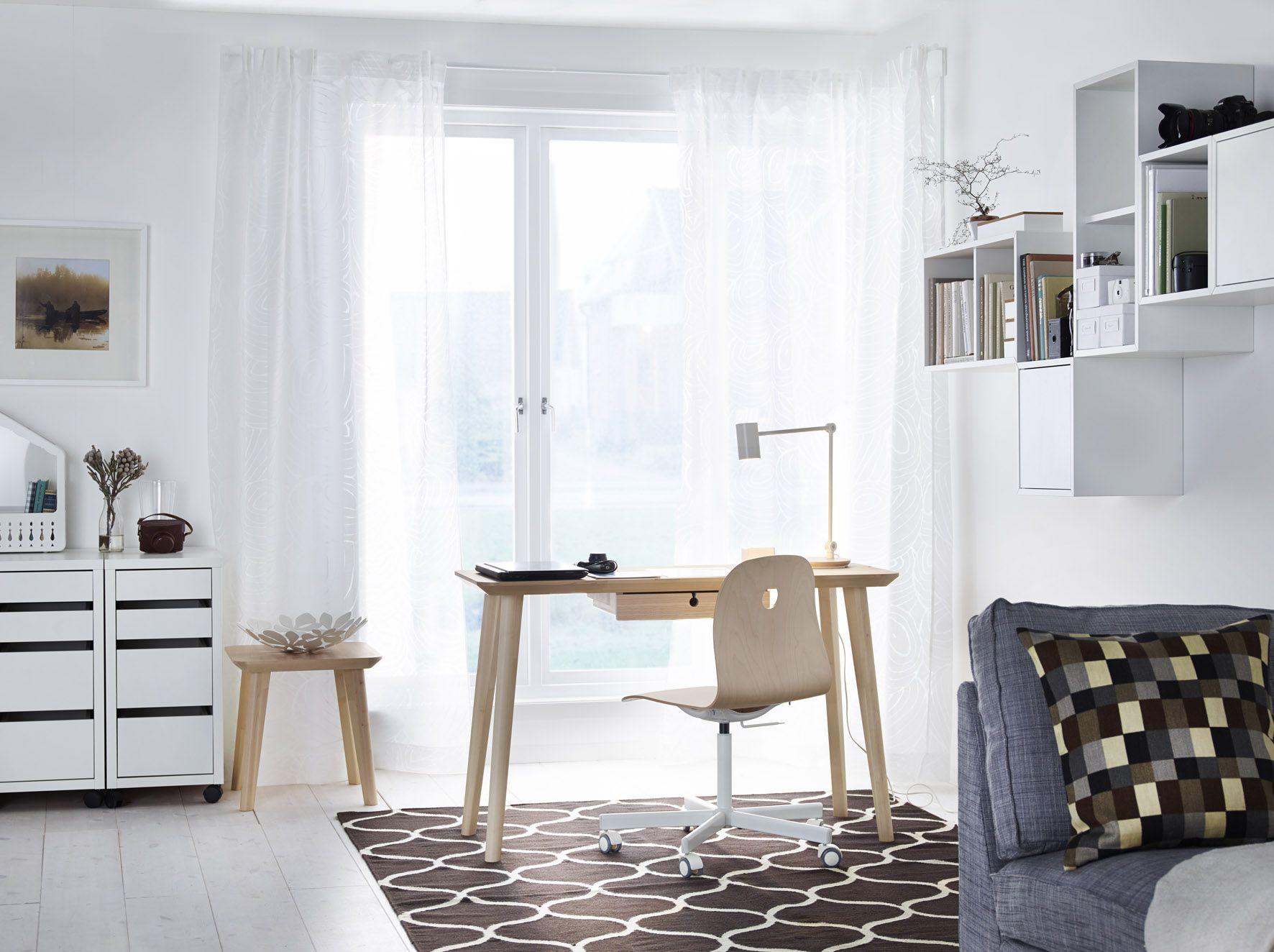 Werkplek van ikea met lisabo bureau in combinatie met de vÅgsberg