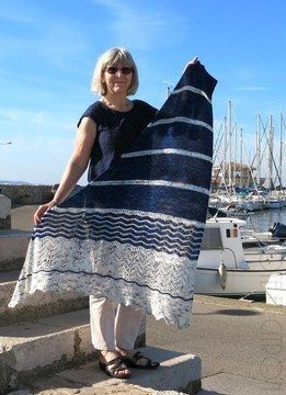 Voici celui qui vous accompagnera en bord de mer pour vous protéger des embruns et de la brise maritime... Petit mousse le compagnon de vos escapades estivales et pas que... :))) C'est un châle triangulaire de construction asymétrique.