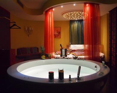 Le magie di una notte calda d'estate: camera per 2 persone a tema con prosecco di benvenuto, appetizer, parcheggio riservato a soli 49,9 € anziché 130 €. Risparmi il 62%! | Scontamelo