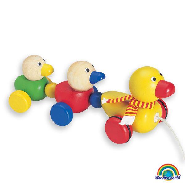 Duck family - Este simpático arrastre divertirá al niño además de ayudarle al desarrollo de diferentes habilidades como el caminar, la observación o la curiosidad. Es de madera pintada con atractivos colores.