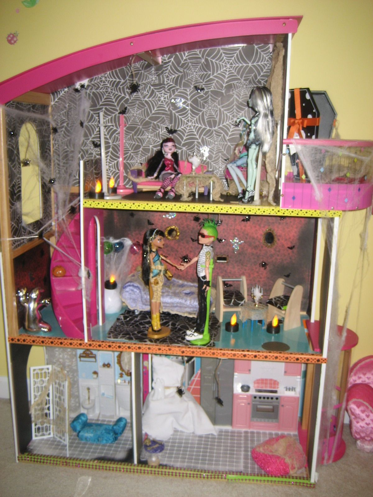 Monster High Dollhouse Redo Diy Diy For The Kids