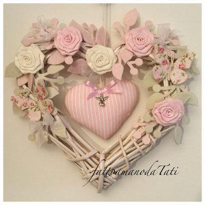 Photo of Cuore/fiocco nascita in vimini con roselline ,farfalle e un cuore rosa