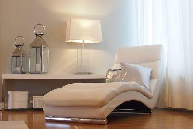 contemporary white detailing for the perfect dressing room http://omakotivalkoinen.casablogit.fi