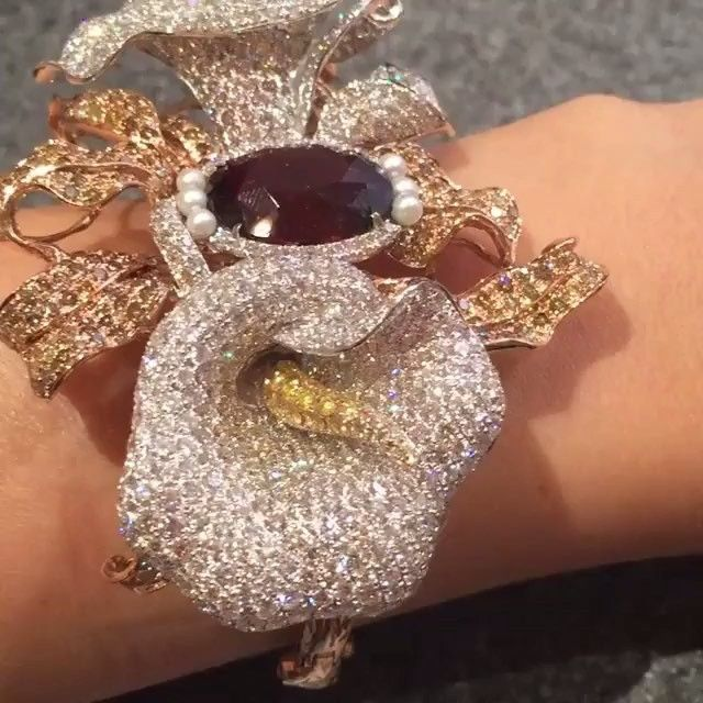 FABULOUS!! #Diamond Flower Bracelet by @wendyyuejewellery via @atillakarat #luxuryjewelry #amazing #highjewelry #awesome #luxury #armcandy #thisiscouture #bola3jewelry