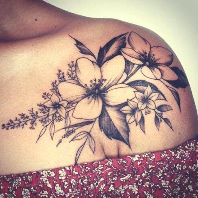 50+ Schulter Tattoo für Frau: Schöne Blumen Tattoo #