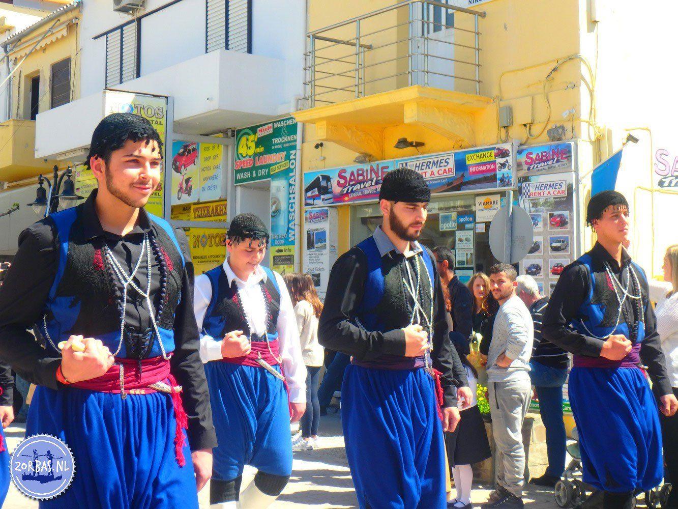 Paleochora Kreta onafhankelijks dag feest en parade: DeGriekse Onafhankelijkheidsoorlogwas een oorlog tussen de Grieken en het Ottomaanse rijk. Vanaf de Griekse onafhankelijkheidsverklaring van het Ottomaanse rijk op 25 maart 1821 is deze datum een Griekse feest dag.     E4 wandelen van Sfakia naar Paleochora:wandelen over de E4 op Kreta: Sfakia (Hora Sfakion) – Loutro